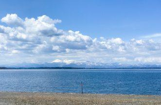 三沢市街パシャ写真『4月の小川原湖と八甲田】